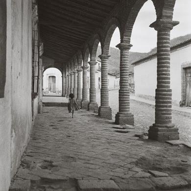 JR - 1 - Niña corriendo en un portal de Jalisco 1961